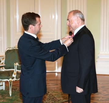 Президент России вручил в Кремле орден Александру Дзасохову