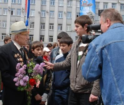 Праздничное интервью дает гвардии разведчик Михаил Прожиров.