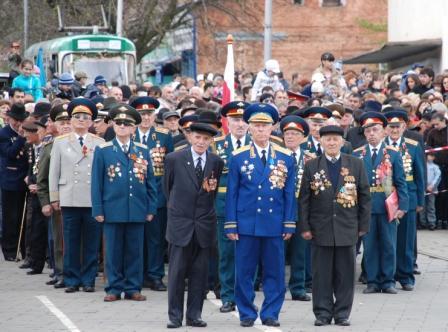 Колонна ветеранов перед парадом: единство воинов и народа.