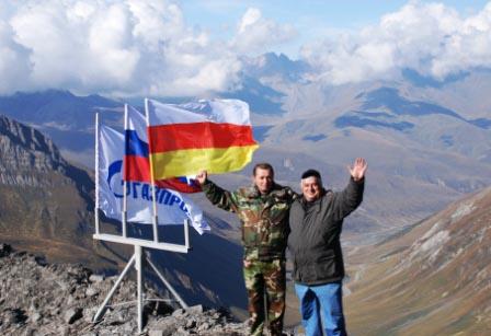 Аланский привет с вершины Кударского перевала. Анатолий Баранкевич и Альберт Джуссоев.