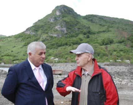 Альберт Джуссоев и знаменитый археолог Василий Любин на фоне древних пещер знаменитой горы Часавал-хох.