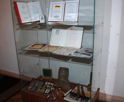 Дипломы и инструменты скульптора.