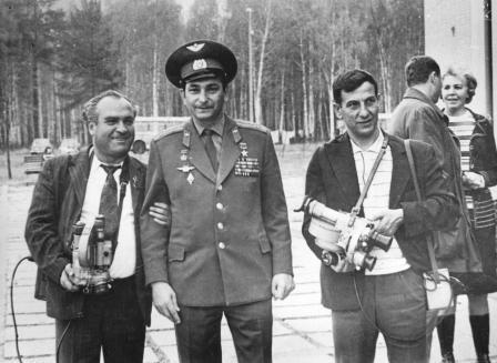 Почетный гость Владикавказа космонавт В.Быковский в кольце кинооператоров.