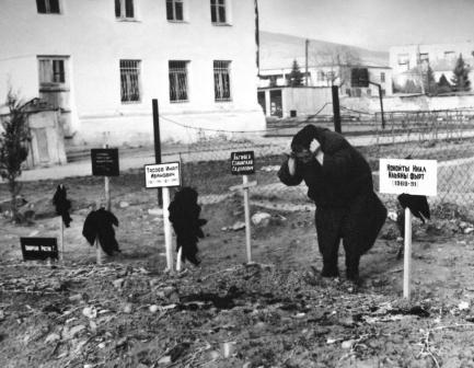 Горе матери. Никто не мог подумать, что двор школы №5 станет последним приютом для сыновей Осетии. Цхинвал, 1991 г.