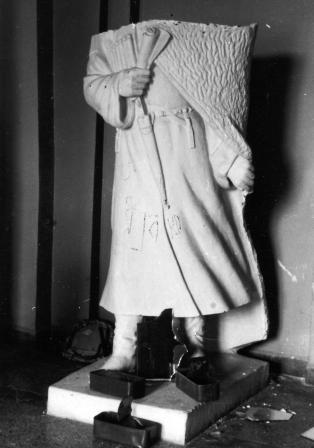 Грузинские агрессоры уже тогда воевали не только с осетинами, но и с осетинской национальной культурой. Обезглавленная варварами скульптура Коста. Цхинвал, январь 1991 г.
