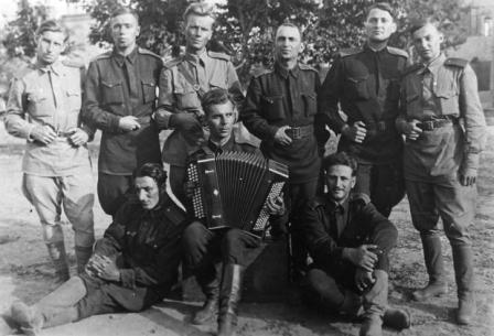 Юрий Васильев (стоит второй справа) - фронтовик, ставший артистом.