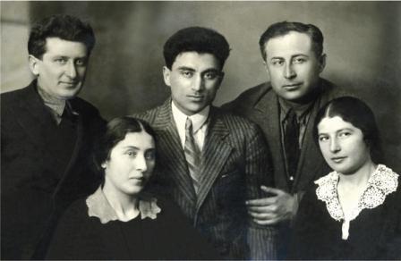 Савелий и Рая Бутаевы (в центре) и родители Константина Бутаева - Николай (справа) и Нина (слева). Крайний слева - Анисим Друбецкой, брат Раи Бутаевой. Москва. 1936 г.