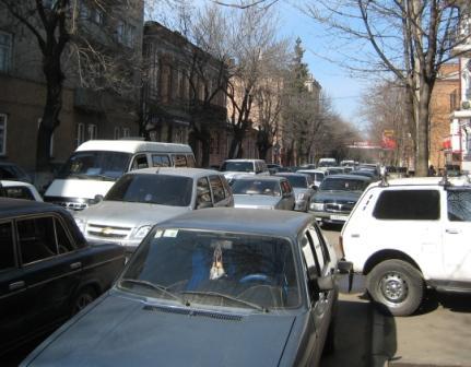 В старой части Владикавказа над проблемой маршруток доминирует проблема проезда вообще.