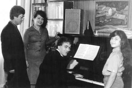 Олег Бутаев с женой Юлией и детьми: будущим композитором Артуром и будущей оперной певицей Миланой.
