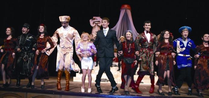 """Финальная сцена """"Женитьбы"""" - спектакля, подвигшего Т.Лазарова на решительный шаг в собственной жизни."""