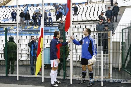 Капитаны поднимают флаги.