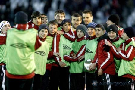 Базаев и Кински: фото с мальчишками на память.