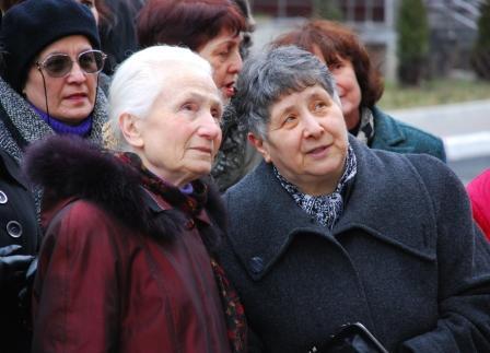"""Ирина Гуржибекова (справа) - Марии Бетоевой: """"По-моему, папа получился хорошо""""."""