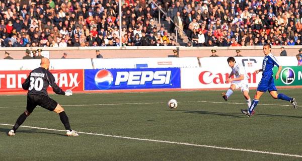 Дзагоев забивает гол.