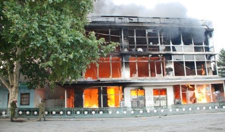 Цхинвал, 11 августа 2008 г. Горит универмаг.