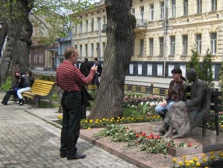 В Москве фотографируются на фоне Пушкина, а во Владикавказе теперь - рядом с Коста Хетагурова