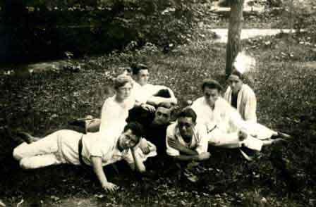 На обороте фото сделанная рукой О.Берггольц надпись: «Наша коммуна. Лето 1930 г. во Владикавказе».