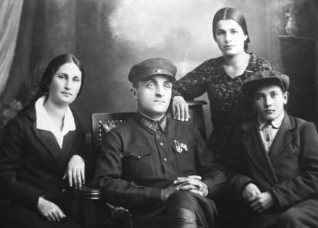 Перед Одессой. Юный Чермен Дзанагов (справа) с родственниками).