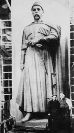 Так рождался самый известный памятник Коста Хетагурову. Дзанагов (слева) и Тавасиев.
