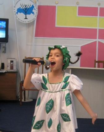 Поет Лана Бибилова.