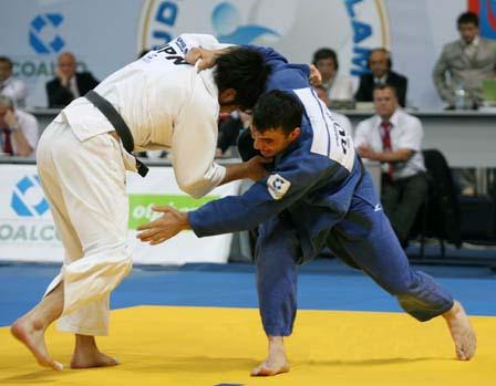Мурат Гасиев всегда на татами активен.