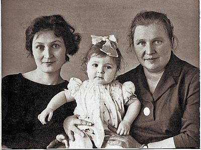 Уникальное фото: маленькая Жанна с мамой и бабушкой.