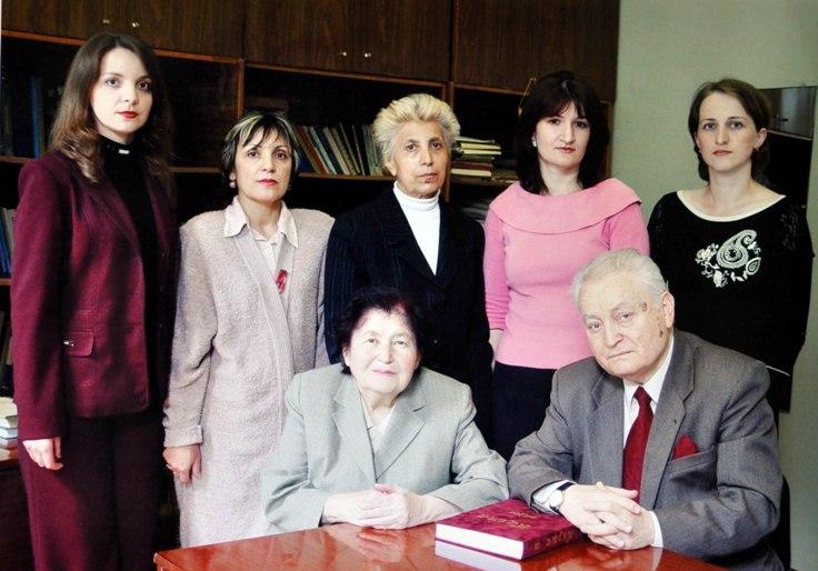 Одна из последних фотографий. Феликс Алборов с сотрудниками отдела литературы СОИГСИ. 2005 г.