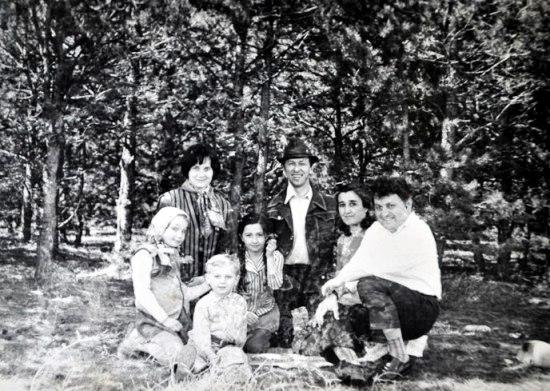 Семья Алборовых и семья Дзаттиаты в дубовой роще. г. Цхинвал, 1974 г.