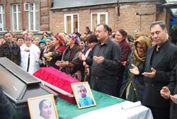 Плач без слез. Во Владикавказе простились с погибшими и задержали троих подозреваемых в причастности к теракту