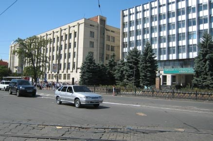 Памятник И.А.Плиеву перед зданием аграрного университета.