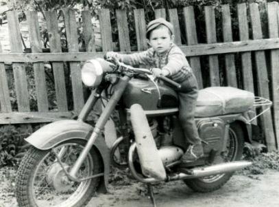 Будущего историка в детстве привлекал мотоцикл.