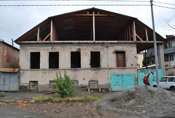 А теперь внимательно смотрим… Прошло 2 года: заметили изменения? О, да - крыша! За два года восстановили крышу! Гениально. А где жить моим дедушке и бабушке? Повод задуматься...