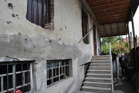 Наверное, дом начали восстанавливать внутри, а потом уже перейдут к фасаду? Заглянем?