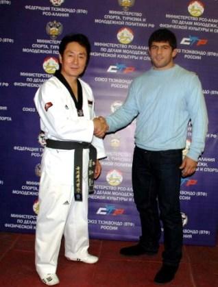 Рукопожатие достойных: главный тренер национальной команды Южной Кореи по тхэквондо Чонг Че Хун и четырехкратный чемпион мира по вольной борьбе Хаджимурат Гацалов.