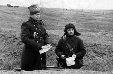 Командир танкового батальона капитан М.Леков докладывает начальнику штаба о плане наступления. 1958 г.