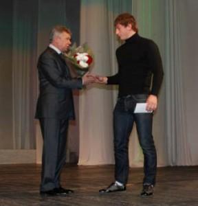 Николай Хлынцов приветствует чемпиона мира среди юниоров по вольной борьбе Владислава Байцаева.