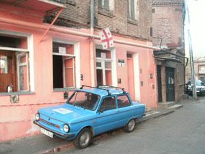 Ветеран советского автопрома под нынешним грузинским флагом смотрится диковато, но что делать, если нет другого.