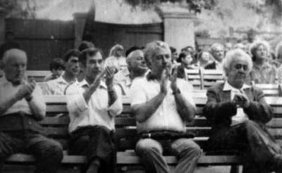 На концерте на эстраде парка во Владикавказе. А.Кокойти - крайний справа, рядом - дирижер К.Баскаев.