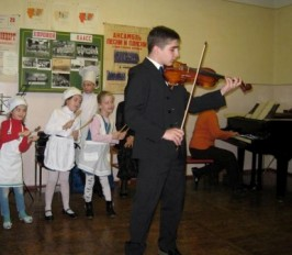 На скрипке играет Ацамаз Тедеев.