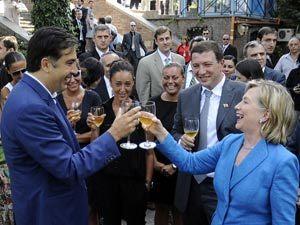 Михаил Саакашвили умеет по-кавказски встретить гостя. Тем более, когда это спонсор. На фото - визит в Тбилиси госсекретаря США Хиллари Клинтон.