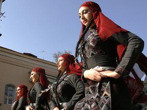 Грузинские девушки вряд ли в курсе, что по плану Саакашвили им следует танцевать лезгинку не «вхолостую», а с горячими парнями Северного Кавказа. Фото: REUTERS