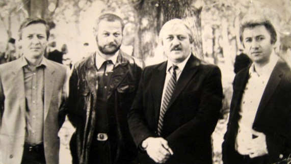С братом Казбеком (крайний слева) в кругу друзей.