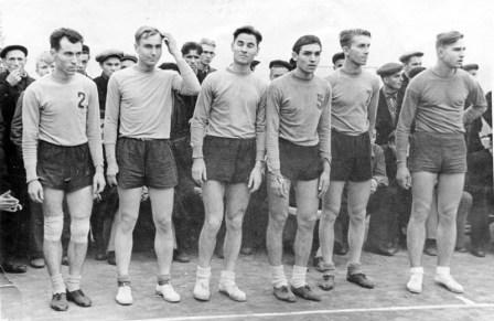 Сборная Северной Осетии по волейболу, крайний слева - М.Алкацев, 1952 г.