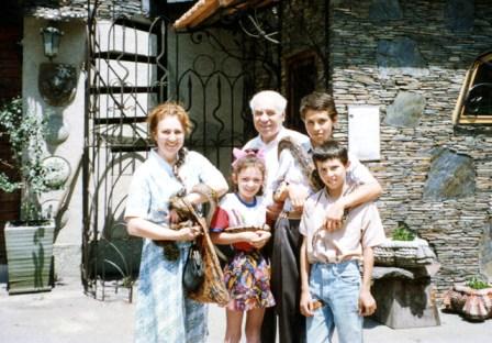 Михаил Алкацев с супругой и внуками курортам предпочитает горы Осетии.