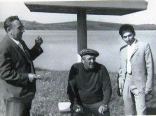 Молодой Гадзалов (справа) не мог удержаться от знакомства с Николаем Крючковым, когда народный артист СССР приехал на Урал.