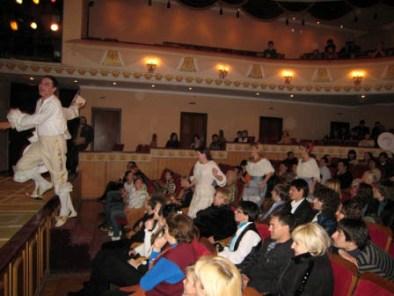 В спектакле театральное действо переносится в зрительный зал.