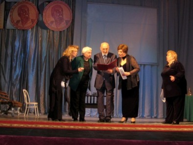 Коллег поздравили ведущие актеры Русского театра.
