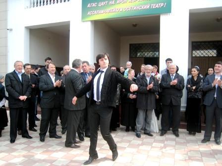 Гастроли Осетинского театра в Грозном начались с осетинского танца Гиви ВАЛИЕВА.