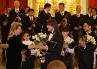 Светлана Медведева поздравляет Вано Бекоева с отличным выступлением.