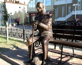 Бронзовый ветеран Светланы Фарниевой прописался на центральной аллее Калуги